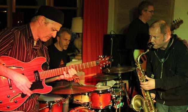 Tino Schol: Gesang und Saxophon, Gulf Schmid: Gitarre, Jens Schäfer-Stoll: Bass, Michael Hoffmann: Schlagzeug, Steffen Runzheimer: Piano